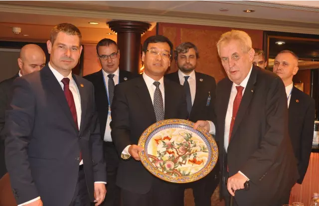 Linglong and czech president.png